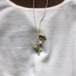 Small cross nacre with white and vanilla flowers